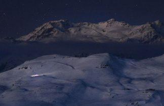 montagnes enneigées à l'aube